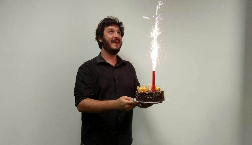 Lucas celebrando com bolo e fogos