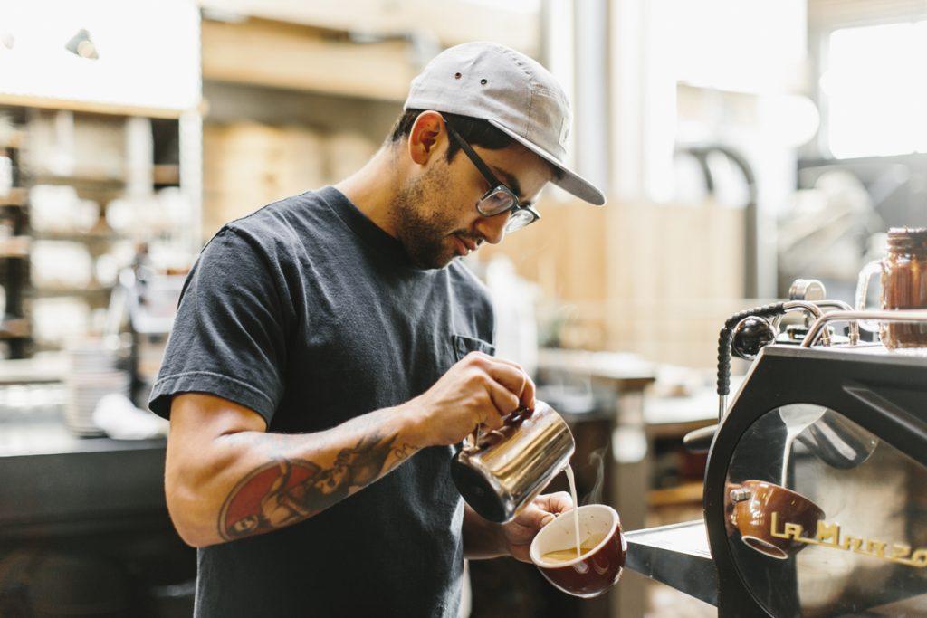 Hombre trabajando en cafetería