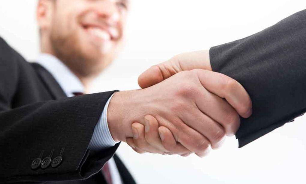 Pessoa dando a mão