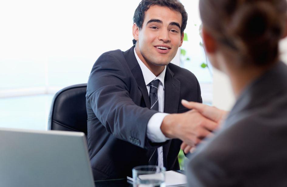 Pessoa sendo contratada