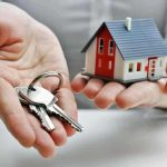 Homem segurando chave de casa