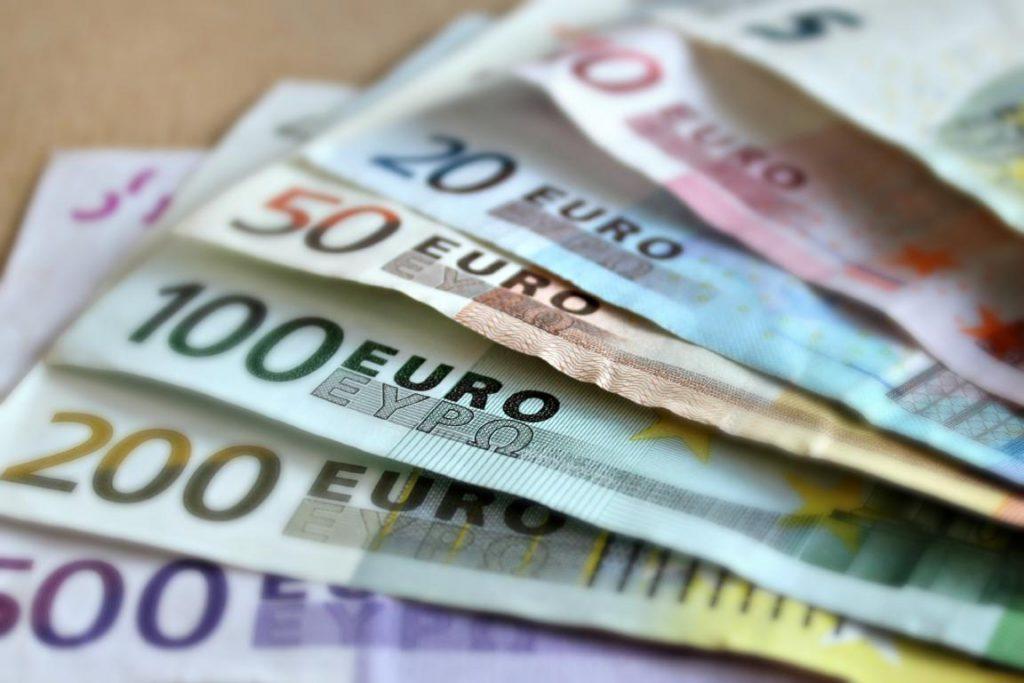 Euro em espécie, uma das maneiras de levar dinheiro para o intercâmbio
