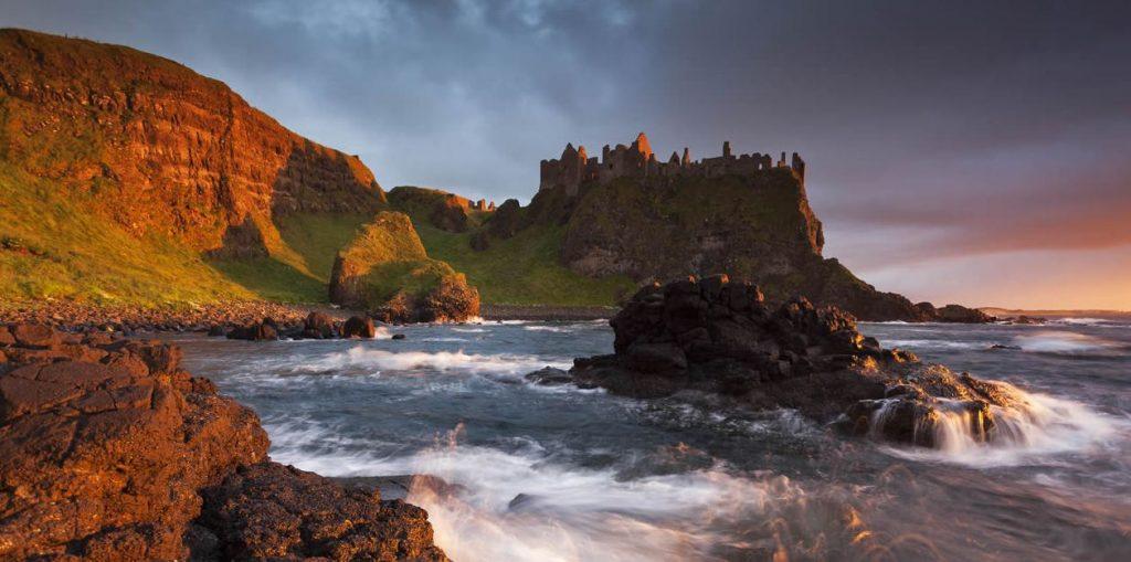Montanhas e mar representando as belezas naturais da Irlanda