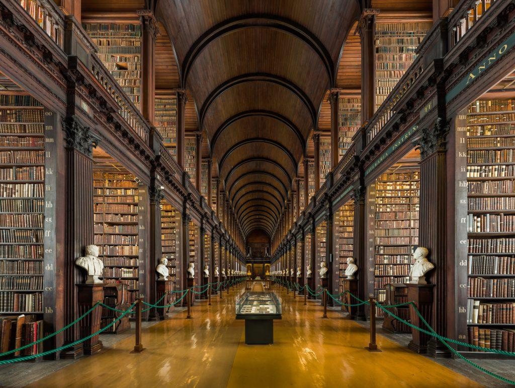 Biblioteca da Trinity College, uma universidade na Irlanda