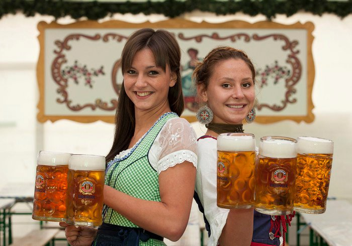 Meninas segurando cervejas na Oktoberfest em Dublin
