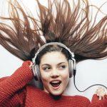 mulher ouvindo músicas em inglês
