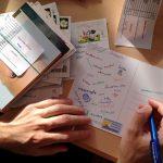 Pessoa escrevendo cartões postais