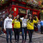 alunos durante intercâmbio em Dublin